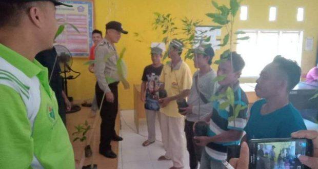 Kepala Desa Berikan Bantuan Bibit Cengkeh dan Durian Kepada Warga Tani Desa Karya Baru