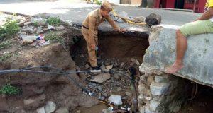 Kades Soginti Bersama Aparat Desa Tinjau Jalan Ambruk Akibat Banjir