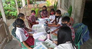 Seorang Guru sementara kunjungan Belajar Dari Rumah (BDR) bersama siswa