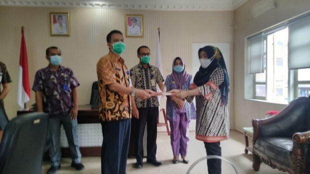 Sekretaris Daerah Kota Kotamobagu, Ir. Sande Dodo, Jumat (18/9) menyerahkan Surat Keputusan (SK) Pelaksana Tugas (Plt) kepada Menurut kepala Dinas Pemberdayaan Perempuan dan Perlindungan Anak (DP3A) Kota Kotamobagu