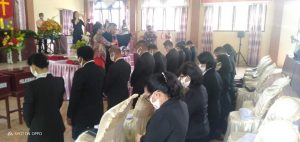PDT. M. Awumbas Kakomole, S.Th mendoakan para majelis jemaat dayanan