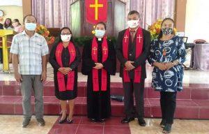 PDT. M. Awumbas Kakomole, S.Th bersama Majelis Jemaat Dayanan Kolom 4 Pnt Metsen Mamuaya dan Dkn Lena Bahute beserta keluarganya